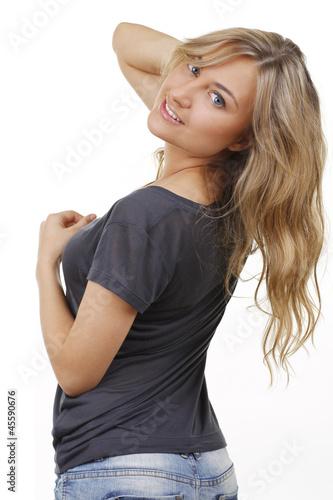Hübsche blonde Frau dreht sich um