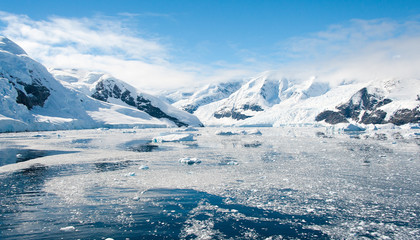 Słonecznej laguny na Antarktydzie