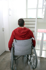 Rollstuhlfahrer vor Treppe