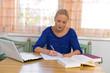 Studentin lernt für ihr Studium