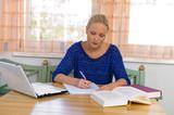 Fototapety Studentin lernt für ihr Studium
