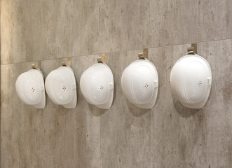 Schutzhelme an einer Wand