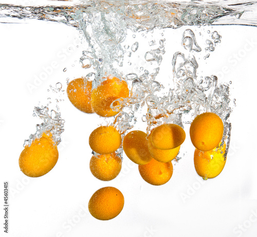 Foto op Canvas Opspattend water Small oranges falling into water