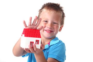 Junge zeigt sein Eigenheim