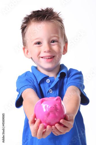 Junge zeigt sein Sparschwein