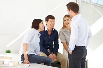 Lachendes Team beim Meeting