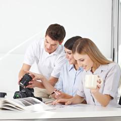 Lehrer im Fotokurs mit Teilnehmern