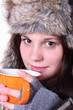 junge Frau trinkt eine Tasse Tee 2