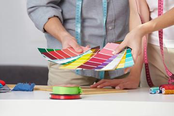 Modedesigner mit Farbfächer