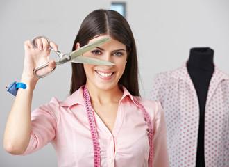 Modedesignerin mit Schneiderschere