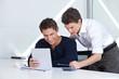 Architekten schauen auf Tablet Computer