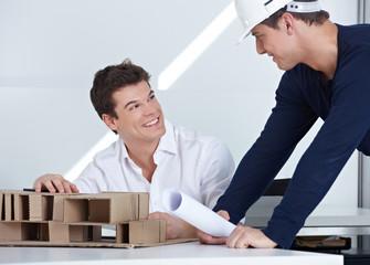 Architekt redet mit Mitarbeiter