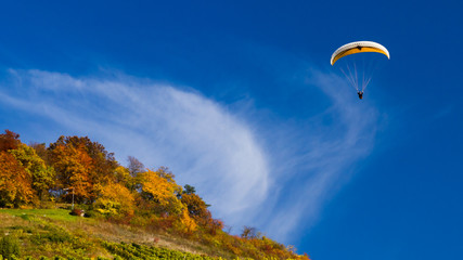 Gleitschirmflieger im Herbst