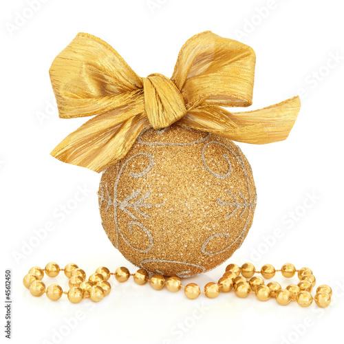 Фото со стока - Золото и серебро рождественские безделушки с луком, клюквой фруктов и бисером цепь шарика цепи на...