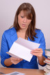 frau beim lesen von brief