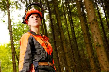 Waldarbeiterin in Schutzkleidung