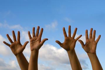 Vier Hände winken