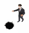 Un ejecutivo vendado,ciego acercándose a un hueco.