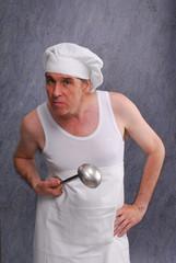Cocinero sujetando una cuchara,cocinero molesto.