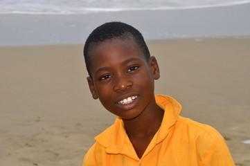 Afrikanischer Junge mit gelbem Hemd