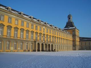 Hauptgebäude der Universität Bonn im Winter