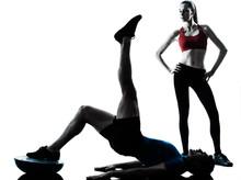 Coach Mann Frau Ausübung Bauchmuskeln mit bosu