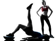 coach homme femme exerçant abdominaux avec bosu
