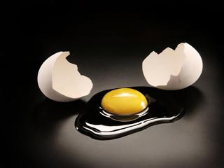 Un huevo abierto y cáscara.