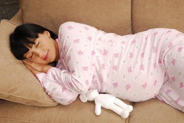 Mujer embarazada descansando esperando el nacimiento.