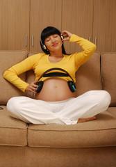 Mujer embarazada escuchando música,estimular audición,