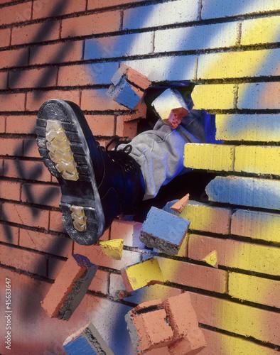 Pateando y rompiendo un muro de ladrillos.