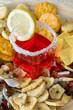 Aperitivo con salatini e frutta disidratata