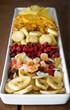 Vassoio con frutta disidratata e salatini