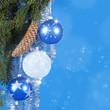 Tannenzweige mit Christbaumkugeln auf blau