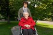 Seniorinim Rollstuhl mit Betreuerin
