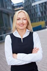 Geschäftsfrau steht vor dem Büro