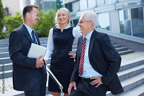 Gruppe von Geschäftsleuten im Gespräch