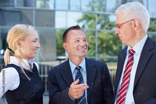 Gruppe von Geschäftsleuten bei Besprechung