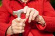 Ältere Hände mit Gehstock