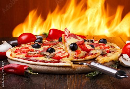 goraca-pizza-z-piekarnika-ogieniem-na-tle