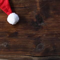 Weihnachtsmütze auf Holz