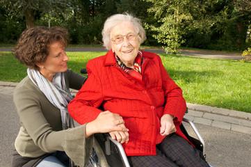 Ältere Dame im Rollstuhl mit Betreuerin