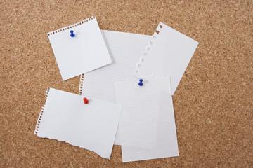 tablon de corcho con papeles blancos