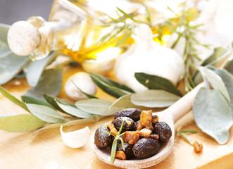 Schwarze Oliven mit Orangenschalen