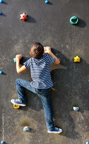 bambino che si arrampica