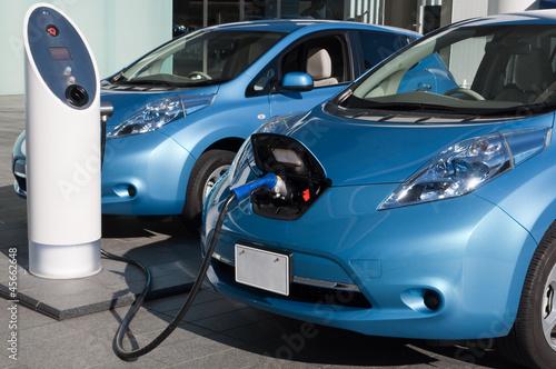 充電中の電気自動車