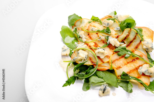 Salad with grilled pears, arugula and blue cheese
