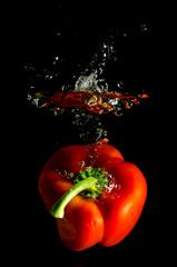 rote Paprika fällt ins Wasser