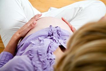 schwangerer Bauch von oben