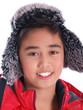 junge trägt steppjacke und mütze mit ohrenklappe